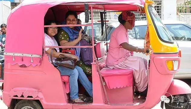"""印度街头现粉红三轮出租  保护女性远离""""咸猪手""""困扰-竺道"""
